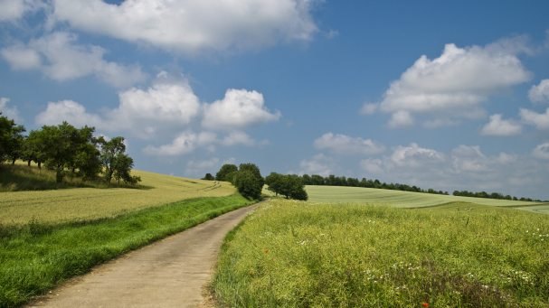 clouds-countryside-field-67211